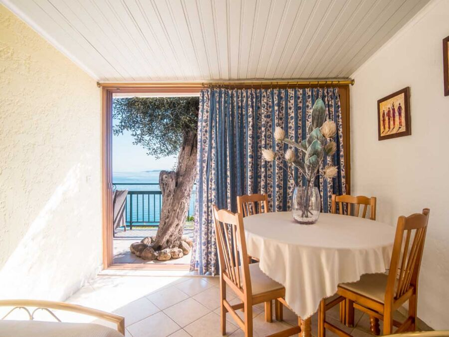 Beach view rooms in Corfu | Δωμάτια με θέα παραλία στην Κέρκυρα